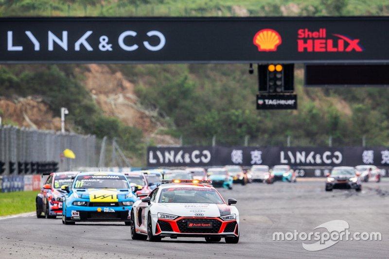 Safety car sulla pista di Gara 2 a Ningbo