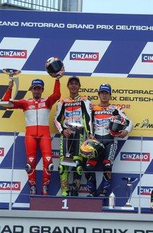 Podium : le vainqueur Valentino Rossi, Repsol Honda, le deuxième Max Biaggi, Yamaha, le troisième Tohru Ukawa, Repsol Honda