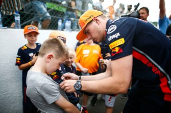 Max Verstappen, Red Bull Racing, signs autographs