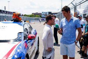 Il presentatore TV Vernon Kay intervista Bryan Sellers, Rahal Letterman Lanigan Racing sulla griglia