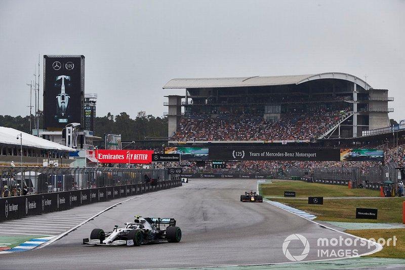 En la parte final de la carrera, otra decepción para Mercedes: tratando de alcanzar a Stroll, Bottas falló y se salió en la curva 1, abandonando