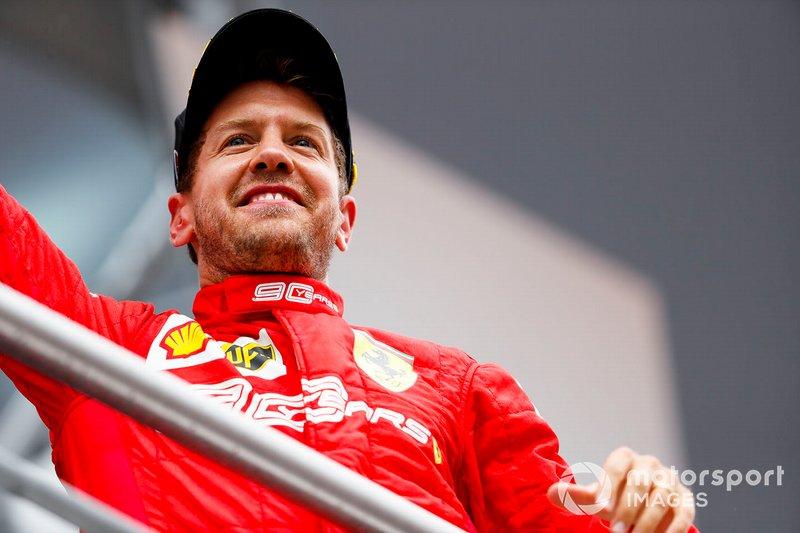 Sebastian Vettel, Ferrari, 2° classificato, sul podio