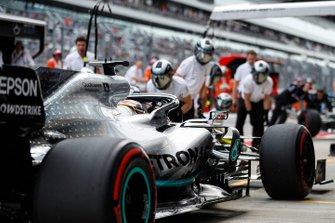 Lewis Hamilton, Mercedes AMG F1 W10, au stand