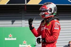Le vainqueur Charles Leclerc, Ferrari dans le Parc Fermé