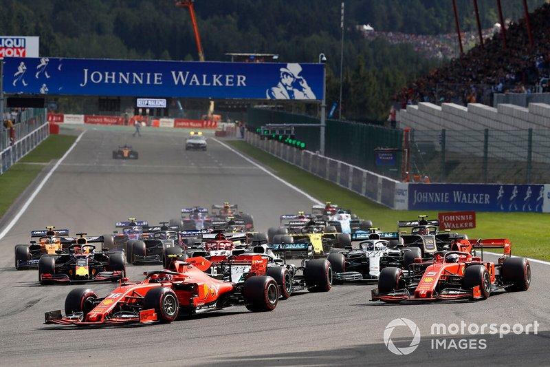Charles Leclerc, Ferrari SF90, Sebastian Vettel, Ferrari SF90, Lewis Hamilton, Mercedes AMG F1 W10, Valtteri Bottas, Mercedes AMG W10 al inicio