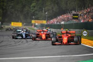 Charles Leclerc, Ferrari SF90, devant Sebastian Vettel, Ferrari SF90, Lewis Hamilton, Mercedes AMG F1 W10, Valtteri Bottas, Mercedes AMG W10, et le reste du peloton au premier tour