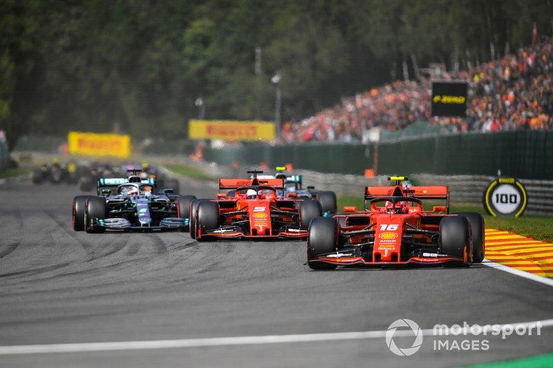 Charles Leclerc, Ferrari SF90, precede Sebastian Vettel, Ferrari SF90, Lewis Hamilton, Mercedes AMG F1 W10, Valtteri Bottas, Mercedes AMG W10, e il resto delle auto al giro di apertura