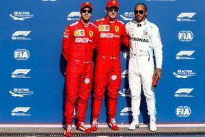 Charles Leclerc, Ferrari, fête sa pole position avec le deuxième, Sebastian Vettel, Ferrari, et le troisième, Lewis Hamilton, Mercedes AMG F1
