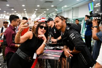 Lewis Hamilton, Mercedes AMG F1 fa un selfie con un fan