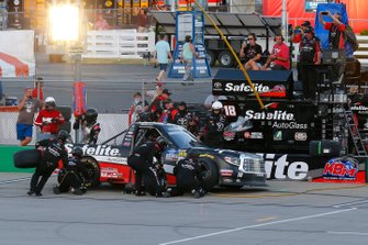 Harrison Burton, Kyle Busch Motorsports, Toyota Tundra Safelite AutoGlass pit stop
