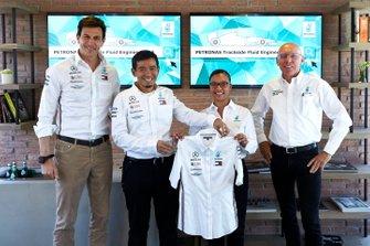 Toto Wolff, Team Principal e CEO Mercedes-AMG PETRONAS Motorsport con i Petronas Trackside Fluid Engineer (PFTE), Stephanie Travers e Ahmad Nasri Mohd Shafie