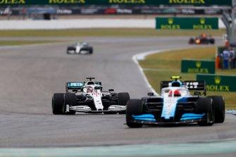 Robert Kubica, Williams FW42, voor Lewis Hamilton, Mercedes AMG F1 W10