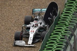 Lewis Hamilton, Mercedes AMG F1 W10, crashes his car but continues with his race