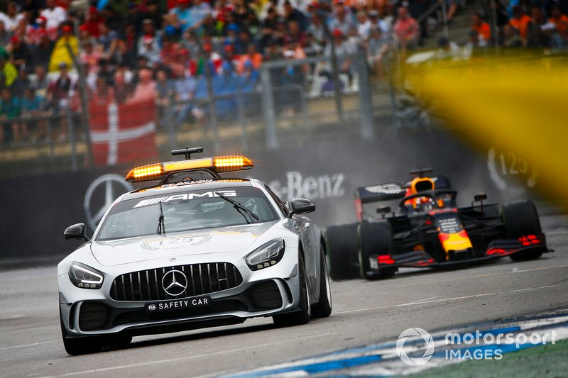 El Safety Car delante de Max Verstappen, Red Bull Racing RB15
