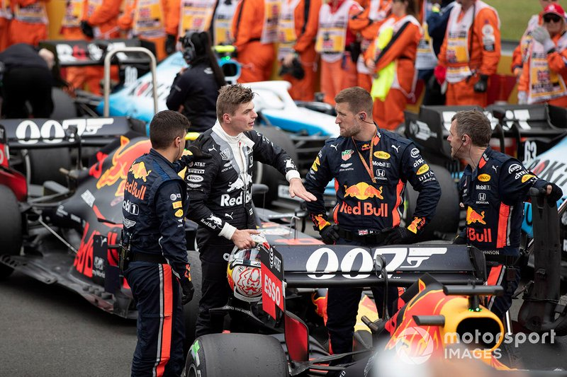 Max Verstappen, Red Bull Racing, en la parrilla con sus mecánicos