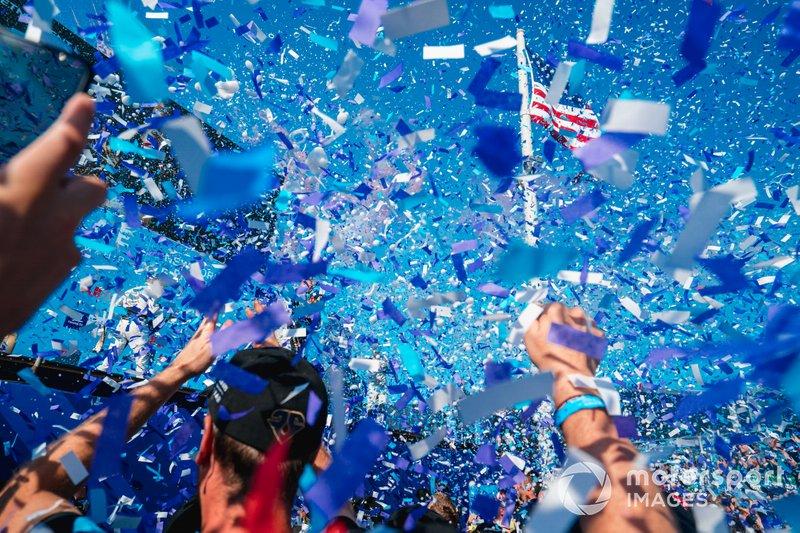 Il team DS TECHEETAH festeggia sotto il podio