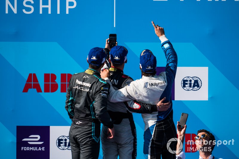 Il vincitore della gara Sébastien Buemi, Nissan e.Dams fa un selfie sul podio con Mitch Evans, Panasonic Jaguar Racing, seconda posizione, Antonio Felix da Costa, BMW I Andretti Motorsports, terza posizione