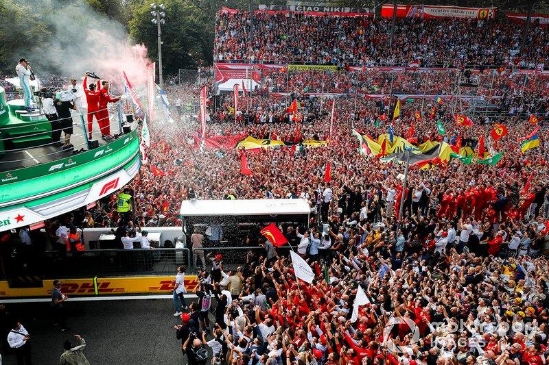 Podio: ganador de la carrera Charles Leclerc, Ferrari celebra en el podio con el champán