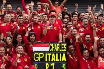 Ganador de la carrera Charles Leclerc, Ferrari celebra con el equipo