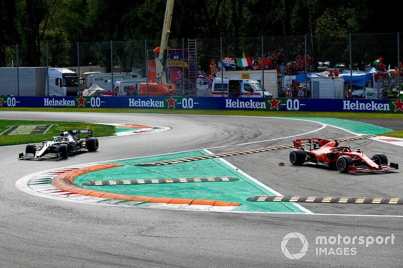 Charles Leclerc, Ferrari SF90 taglia la chicane mentre Lewis Hamilton, Mercedes AMG F1 W10 lo insegue
