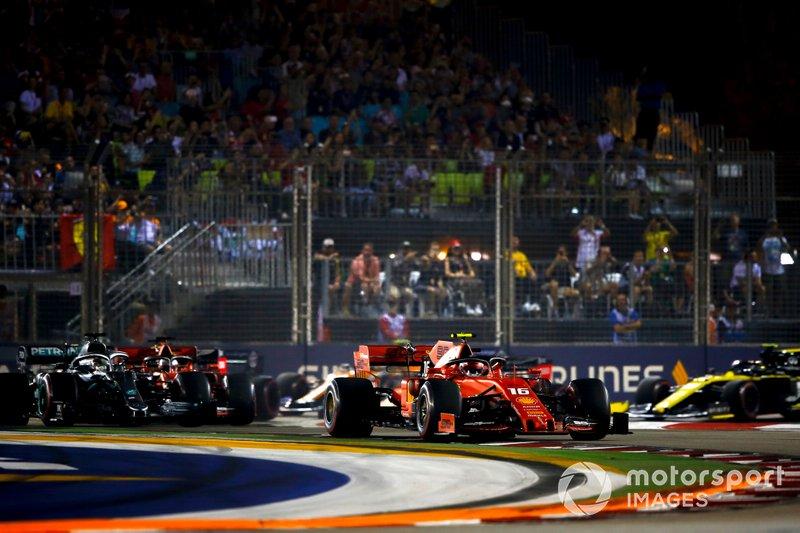 Charles Leclerc, Ferrari SF90, lidera a Lewis Hamilton, Mercedes AMG F1 W10, Sebastian Vettel, Ferrari SF90, Max Verstappen, Red Bull Racing RB15, y el resto del campo en la salida