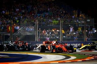 Charles Leclerc, Ferrari SF90, precede Lewis Hamilton, Mercedes AMG F1 W10, Sebastian Vettel, Ferrari SF90, Max Verstappen, Red Bull Racing RB15, e il resto delle auto al'inizio della gara
