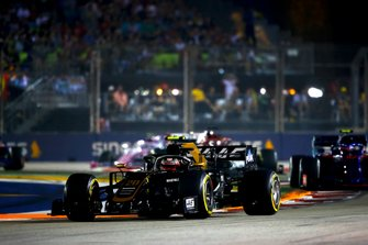 Kevin Magnussen, Haas F1 Team VF-19, leads Pierre Gasly, Toro Rosso STR14