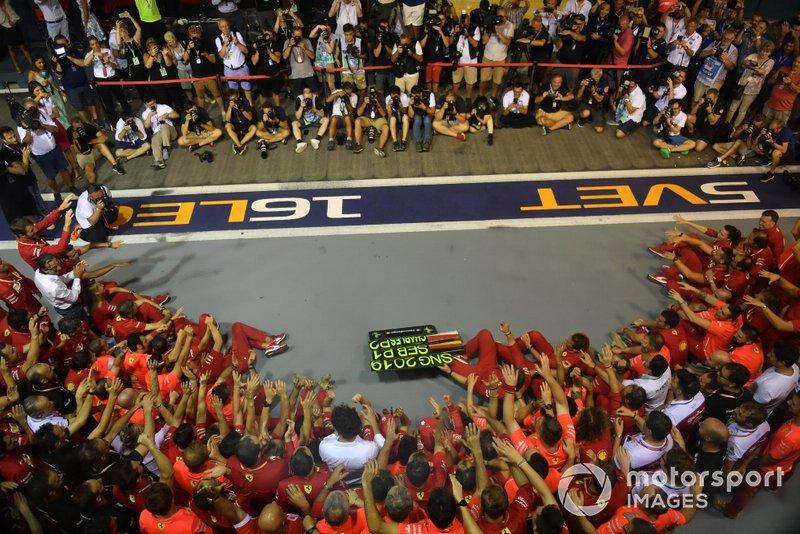 Sebastian Vettel, Ferrari, primo classificato, Charles Leclerc, Ferrari, secondo classificato, e il team Ferrari festeggiano la vittoria