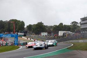 Старт гонки: лидирует Пол ди Реста, R-Motorsport, Aston Martin Vantage AMR