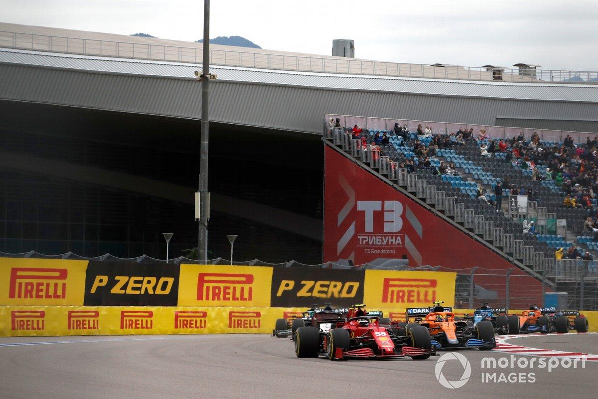 Carlos Sainz Jr, Ferrari SF21, Lando Norris, McLaren MCL35M e George Russell, Williams FW43B.