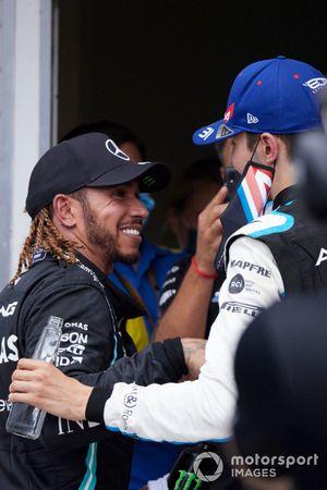 Lewis Hamilton, Mercedes, feliciteert Esteban Ocon, Alpine F1, in Parc Ferme