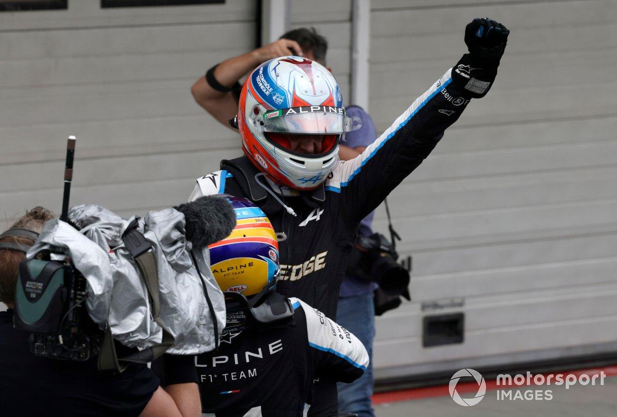 Fernando Alonso, Alpine F1, celebra con Esteban Ocon, Alpine F1, la 1ª posición, en el Parc Ferme
