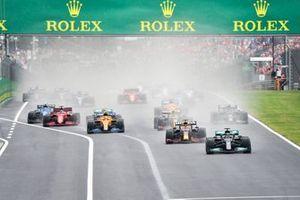 Lewis Hamilton, Mercedes W12, Max Verstappen, Red Bull Racing RB16B, Sergio Perez, Red Bull Racing RB16B, Lando Norris, McLaren MCL35M, Valtteri Bottas, Mercedes W12, Charles Leclerc, Ferrari SF21, et le reste des monoplaces au départ