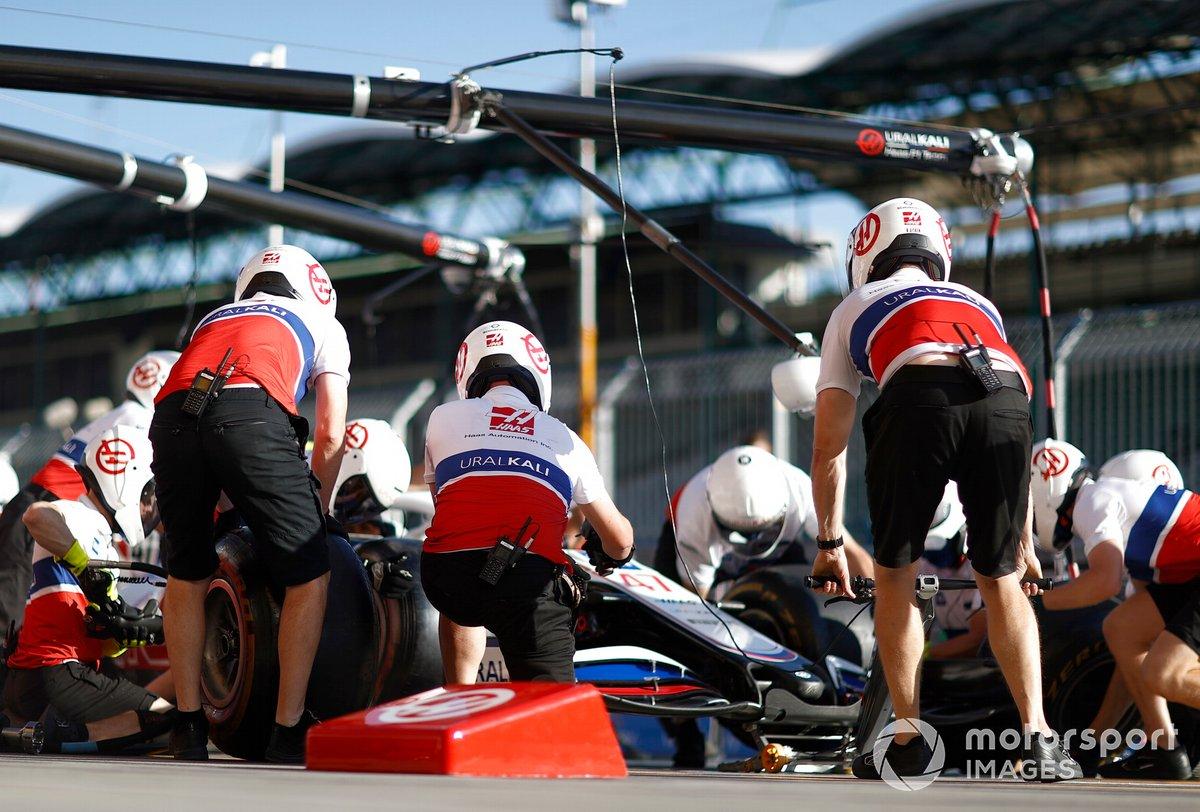 Práctica en boxes del equipo Haas F1