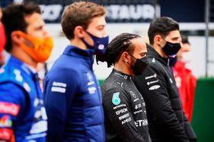 Lewis Hamilton, Mercedes, en de andere coureurs op de grid