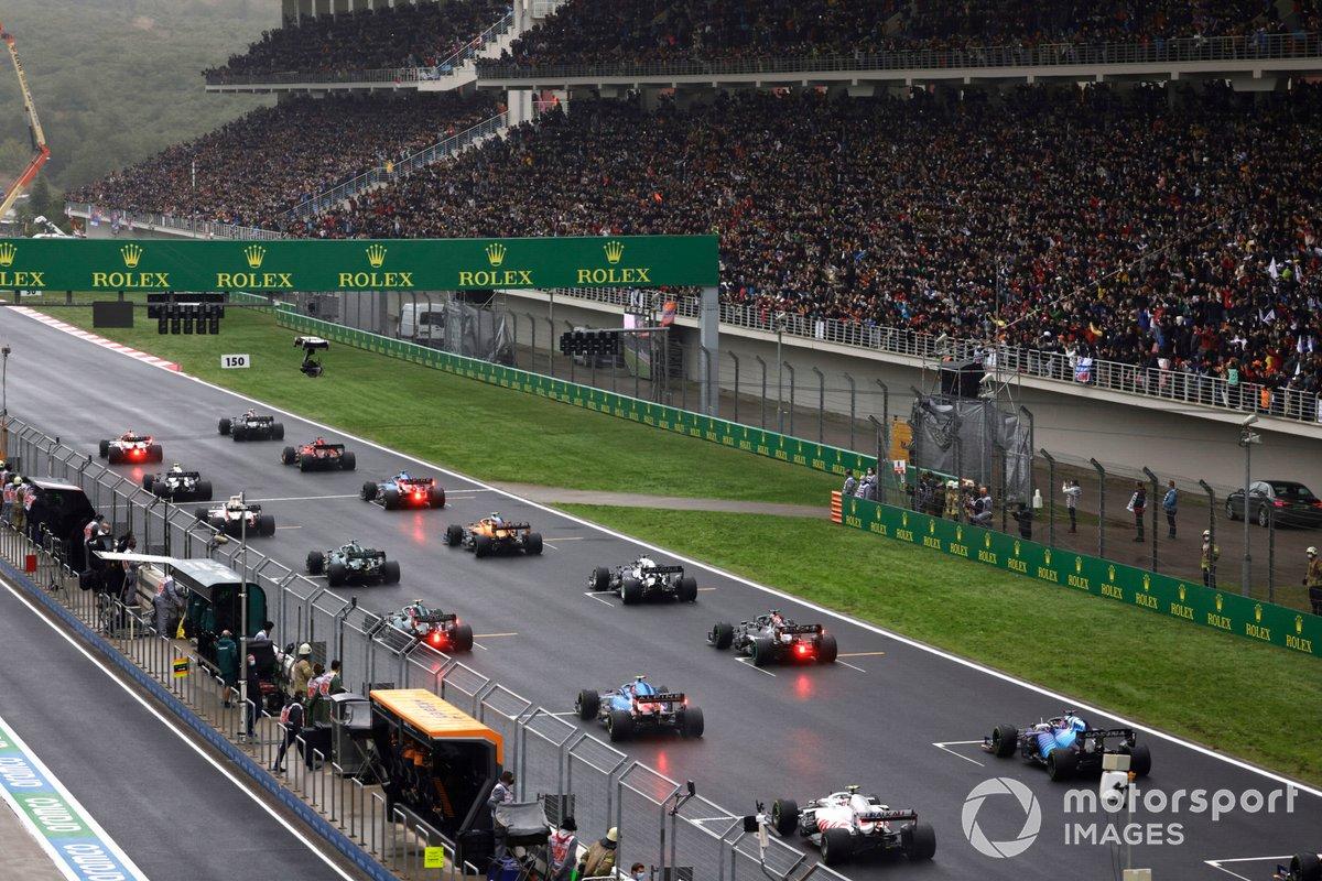 Los pilotos se alinean detrás de Valtteri Bottas, Mercedes W12, en la parrilla de salida
