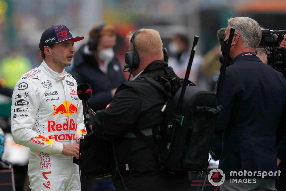 Max Verstappen, Red Bull Racing, 2ª posición, es entrevistado en el Parc Ferme