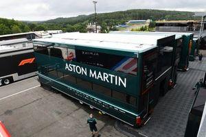 Aston Martin-vrachtwagens in de paddock