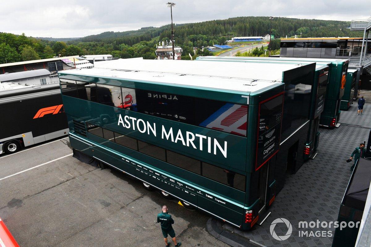 Los camiones del equipo Aston Martin en el paddock