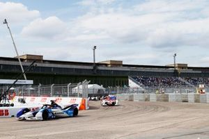 Jake Dennis, BMW i Andretti Motorsport, BMW iFE.21, Sergio Sette Camara, Dragon Penske Autosport, Penske EV-5