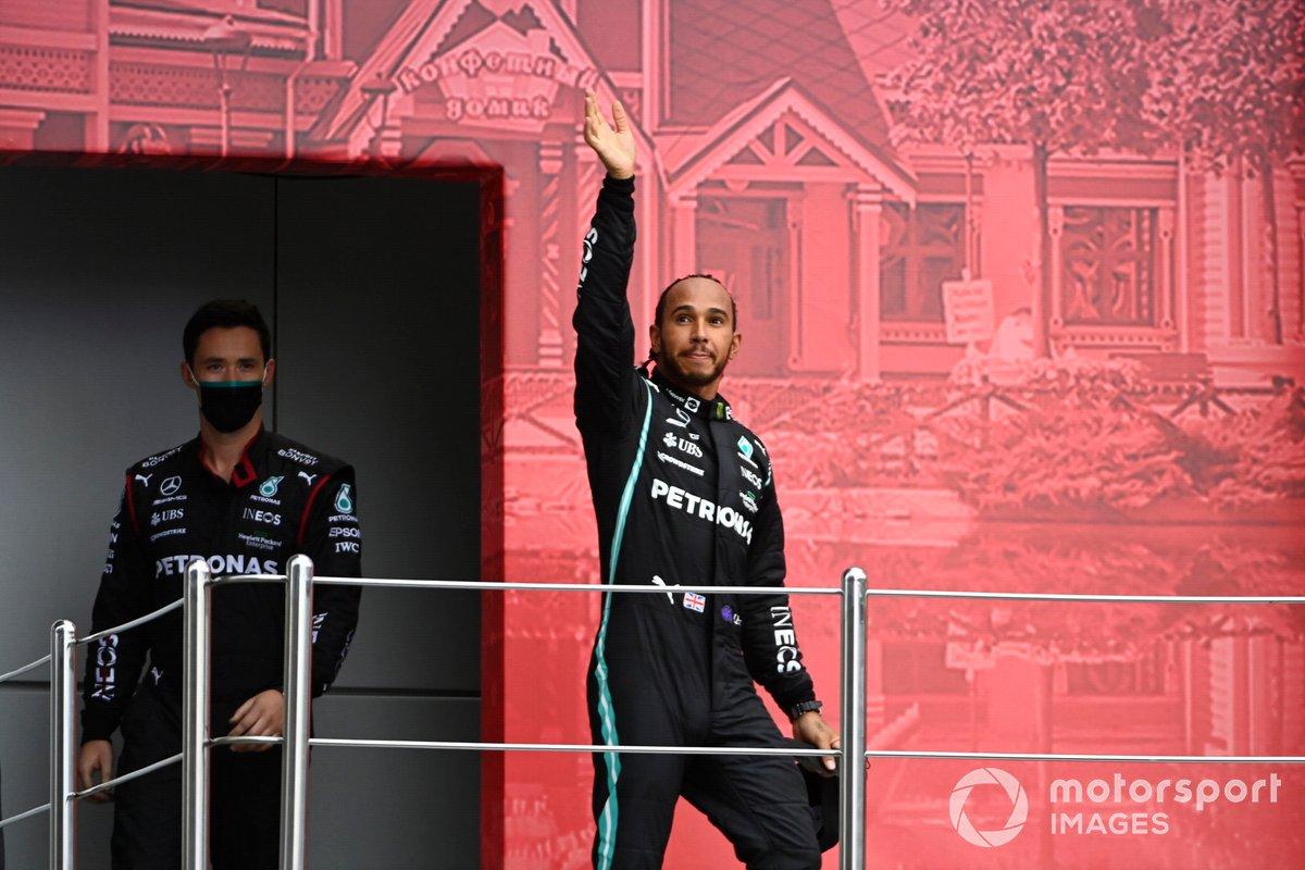 Lewis Hamilton, Mercedes, primo classificato, arriva sul podio