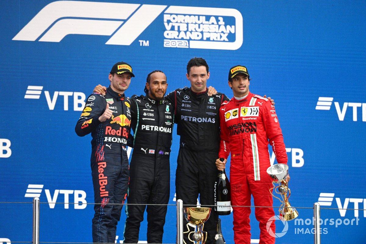 Max Verstappen, Red Bull Racing, secondo classificato, il rappresentante del team Mercedes, Lewis Hamilton, Mercedes, primo classificato, e Carlos Sainz Jr, Ferrari, terzo classificato, sul podio