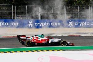 Robert Kubica, Alfa Romeo Racing C41, spins on the opening lap