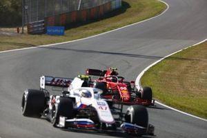 Mick Schumacher, Haas VF-21, Carlos Sainz Jr, Ferrari SF21