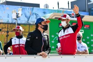 Fernando Alonso, Alpine F1 and Robert Kubica, Test and Reserve Driver, Alfa Romeo Racing on the drivers parade