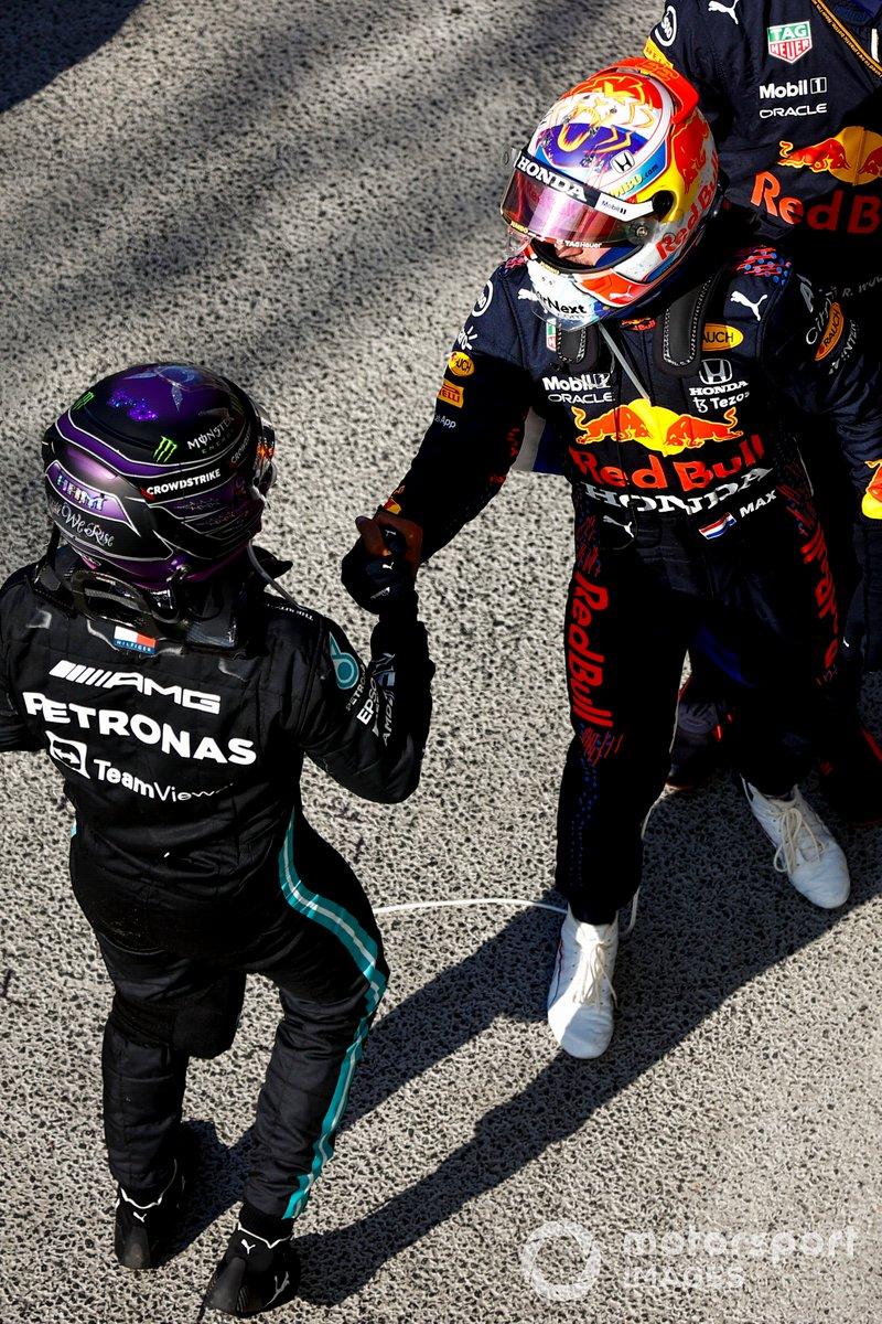 Lewis Hamilton, Mercedes, 2a posizione, e Max Verstappen, Red Bull Racing, 1a posizione, si congratulano a vicenda dopo la gara