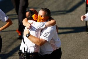 Zak Brown, CEO, McLaren Racing, viert de overwinning met zijn team