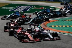 Antonio Giovinazzi, Alfa Romeo Racing C41, Charles Leclerc, Ferrari SF21, Carlos Sainz Jr., Ferrari SF21, Lance Stroll, Aston Martin AMR21, and the remainder of the field at the start