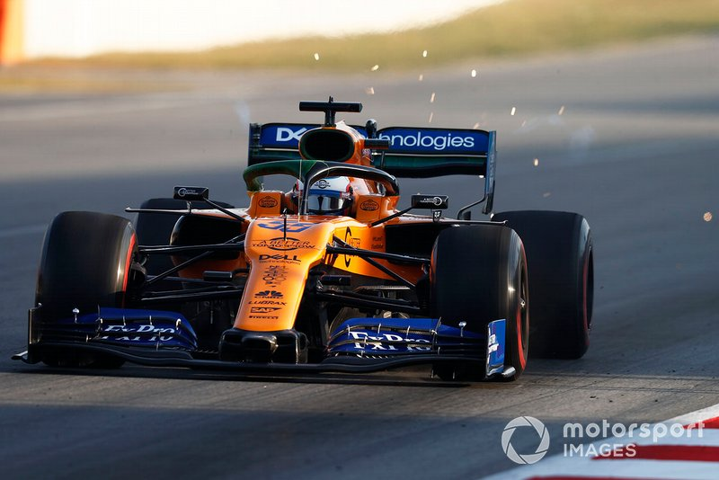 Carlos Sainz Jr., McLaren MCL34, solleva scintille