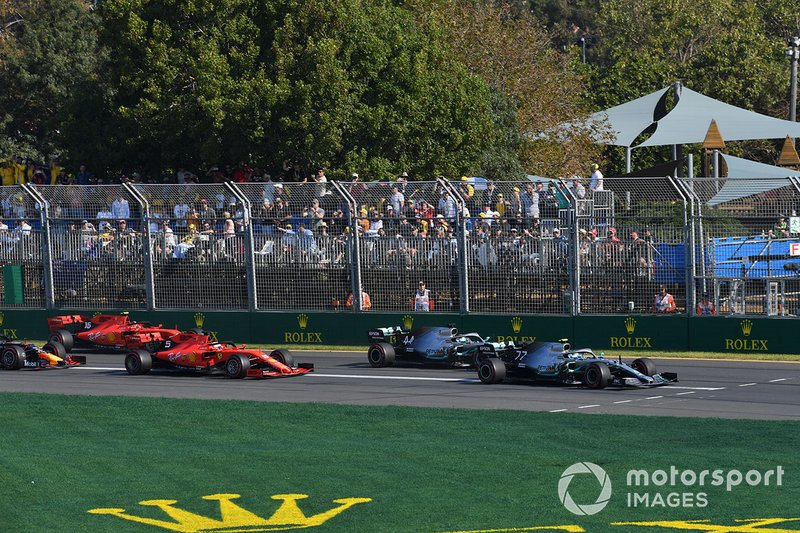 Valtteri Bottas, Mercedes AMG W10, precede Lewis Hamilton, Mercedes AMG F1 W10, Sebastian Vettel, Ferrari SF90, Charles Leclerc, Ferrari SF90, e Max Verstappen, Red Bull Racing RB15, alla partenza